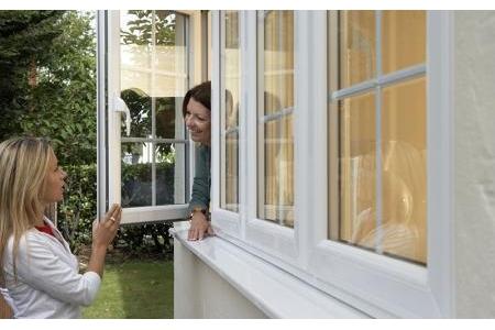 Cửa sổ mở quay khóa chống gió