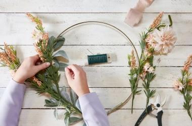 Tự tay làm một vòng hoa theo các bước đơn giản