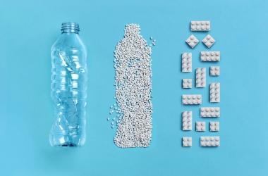Chai nhựa bỏ đi được tái chế thành đồ chơi Lego